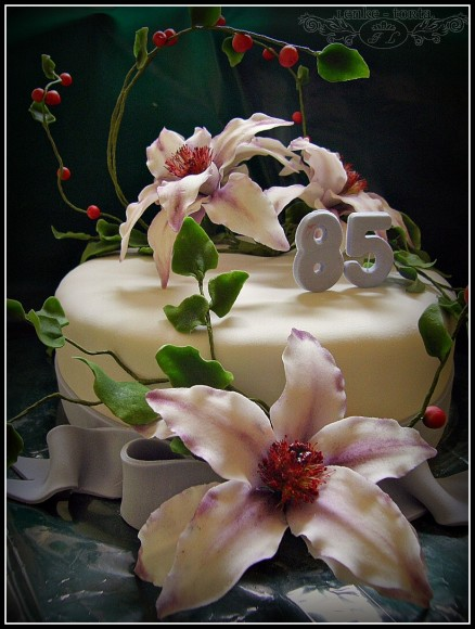 Cake with sugar clematis flowers